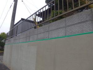 塀 シーラー塗装中